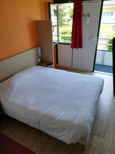 A bed or beds in a room at Premiere Classe Vichy - Bellerive Sur Allier