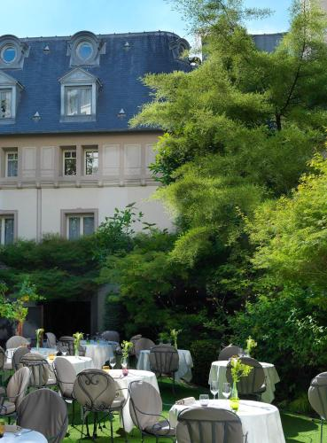 A restaurant or other place to eat at Renaissance Paris Le Parc Trocadero Hotel