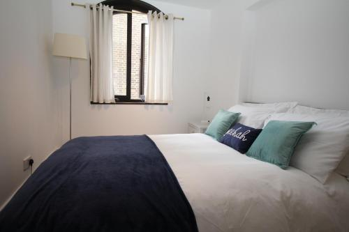 A bed or beds in a room at MODERN FLAT IN CENTRAL LONDON-OXFORD CIRCUS-SOHO