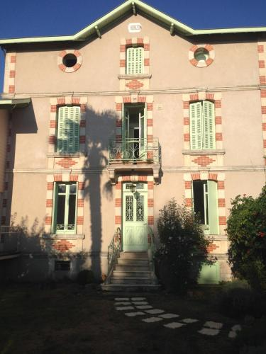 Genial The Building In Which The Bed U0026 Breakfast Is Located. A Garden Outside Chambre  Du0027Hôtes ...