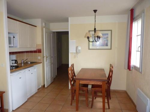 A kitchen or kitchenette at N23, parc d'arradoy-St J P de Port