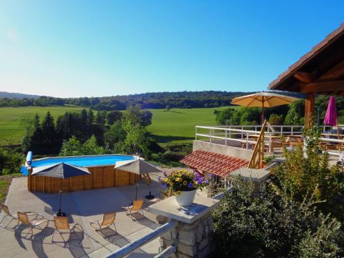 Vue sur la piscine de l'établissement Gîte Pâturage Montagnard ou sur une piscine à proximité