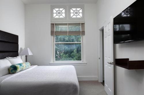 A bed or beds in a room at Stay Alfred at The Broderick