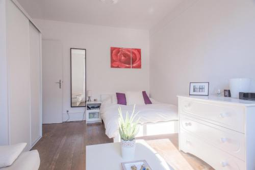 A bed or beds in a room at Charming flat next to Montparnasse