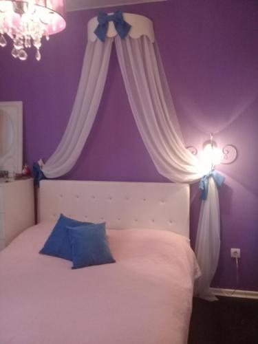 Кровать или кровати в номере Apartment on 2-Ya Kol'tsevaya 31
