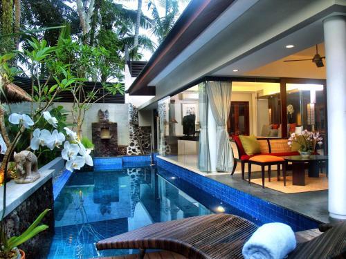 Der Swimmingpool an oder in der Nähe von Royal Kamuela Villas & Suites at Monkey Forest Ubud