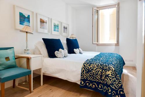 Un ou plusieurs lits dans un hébergement de l'établissement Flaujagues Villa Sleeps 4 Pool WiFi