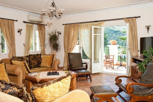 Een zitgedeelte bij Kassiopi Villa Sleeps 8 Pool WiFi