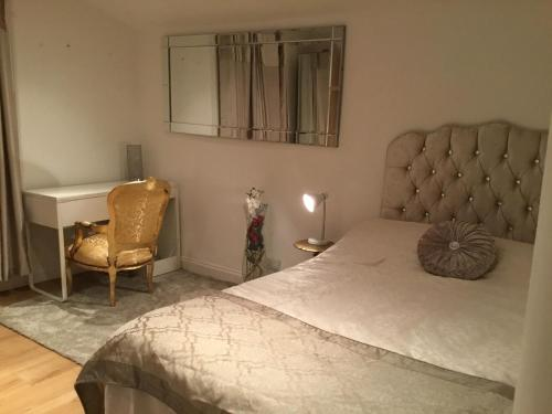 A bed or beds in a room at Cosy Studio apartment in FULHAM