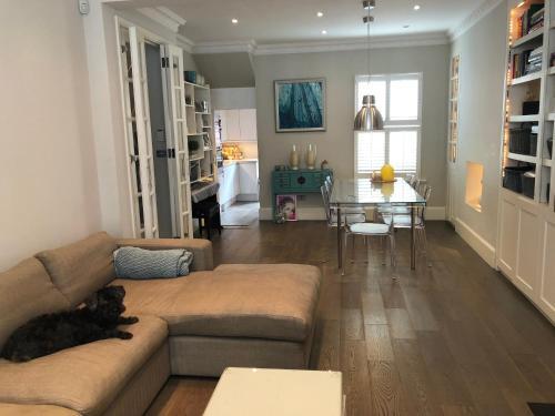 Spacious 5 Bedroom House In Chelsea London