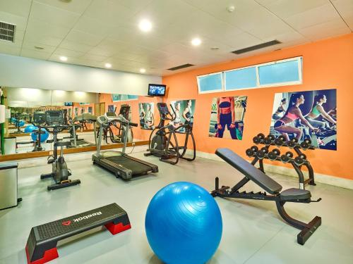 The fitness centre and/or fitness facilities at Oceanus Aparthotel