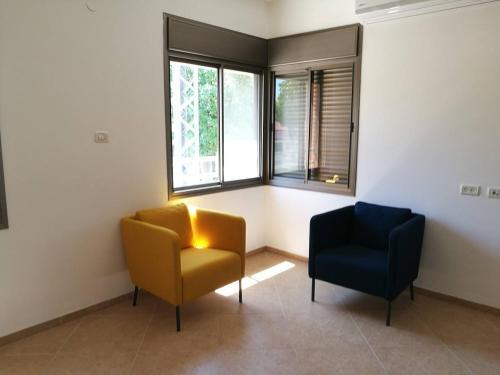 Ein Sitzbereich in der Unterkunft Mool Gilboa - מול גלבוע