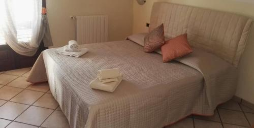 A bed or beds in a room at Brucoli Bay