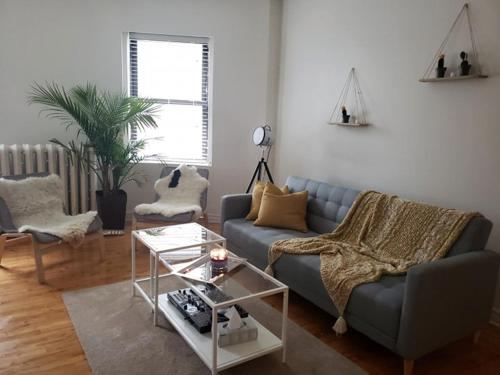 A seating area at Montreal Downtown Apartment