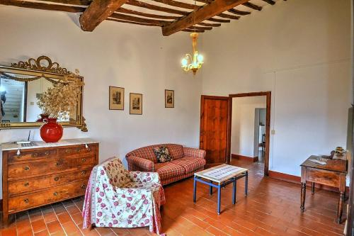 A seating area at Colle di Val d'Elsa Villa Sleeps 6 Pool WiFi