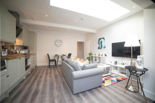 A seating area at Beautiful New 2 bed 1 bath - Arsenal Station