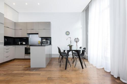 A kitchen or kitchenette at Homewood Kensington Apartments