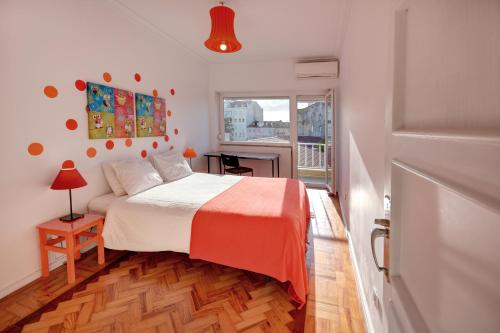 A bed or beds in a room at Sunny Balcony & River views in Graça