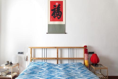 A bed or beds in a room at Bright and Beautiful apartment