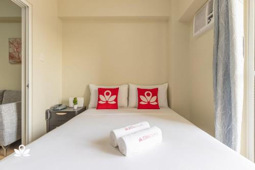A bed or beds in a room at ZEN Rooms Sheridan Mandaluyong