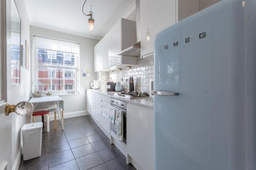 A kitchen or kitchenette at 2 Bedroom Apartment in the Heart of Angel