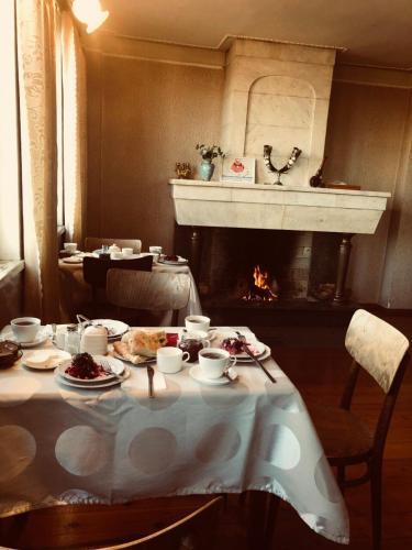 Reštaurácia alebo iné gastronomické zariadenie v ubytovaní Guest House Old Kutaisi