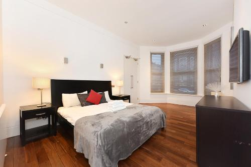 A bed or beds in a room at London Lifestyle Apartments - South Kensington - Queen's Gate