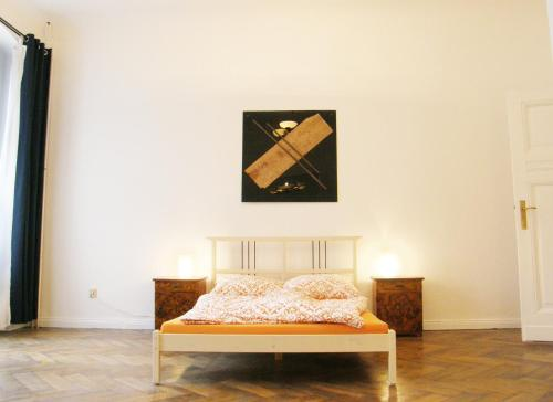 A bed or beds in a room at Elegante Altbauwohnung (CB1)
