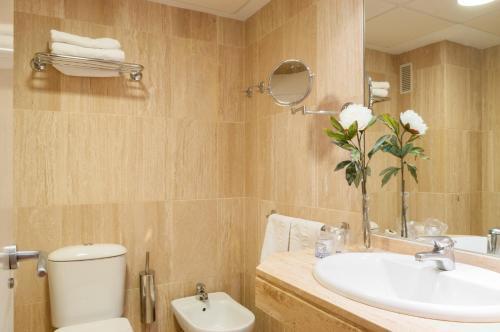 A bathroom at Apartamentos Murillo