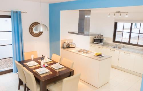 A kitchen or kitchenette at Private Villa with Pool on Tortuga Beach Resort