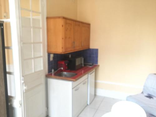 A kitchen or kitchenette at Studio thermes callou