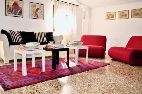 A seating area at Corte delle Ancore