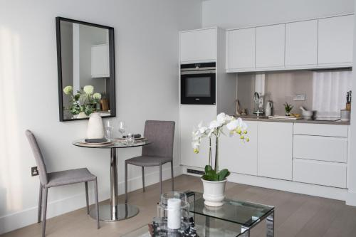 A kitchen or kitchenette at Luxury Apartment, Lewes Town Centre (with Parking)