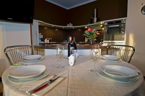 A restaurant or other place to eat at Erno Apartment