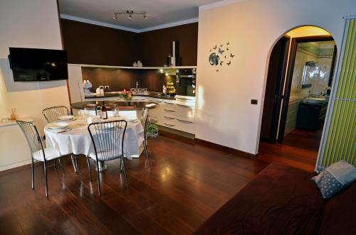 A kitchen or kitchenette at Erno Apartment