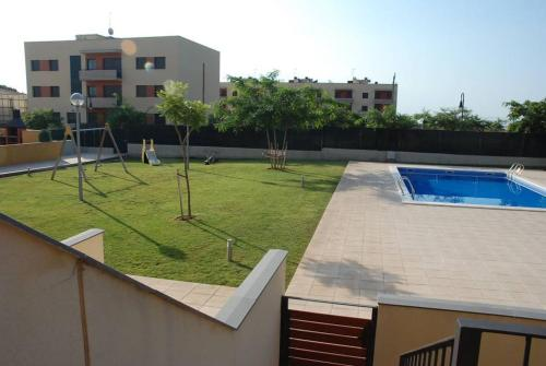 A view of the pool at APARTAMENTO CON JARDIN Y PISCINA A 200M DE LA PLAYA or nearby