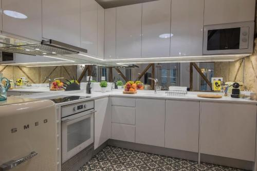A kitchen or kitchenette at LovelyStay - Vintage Flat Near Santa Justa Elevator!
