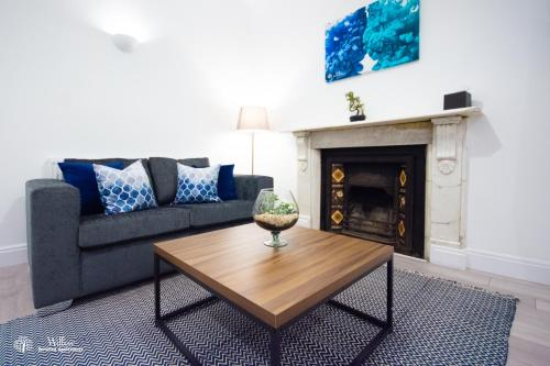A seating area at Willow Serviced Apartments - The Walk