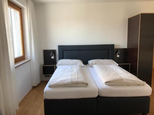 萊菲家庭公寓房間的床