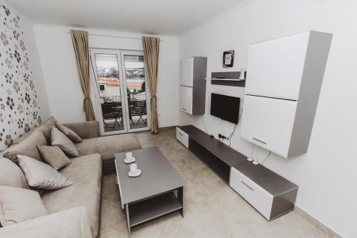 A seating area at Grey Villas Apartments