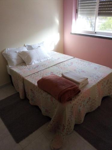 A bed or beds in a room at Cerca de lisboa