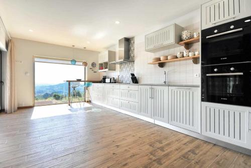 A kitchen or kitchenette at Calheiros Villa Sleeps 8 Air Con WiFi