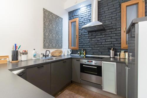 Кухня или мини-кухня в Spacious Vintage Apartment in Coolest Hipster District by easyBNB