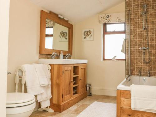 A bathroom at Oak Cottage, Umberleigh