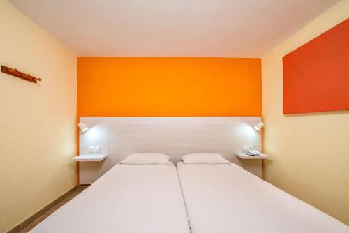 Tempat tidur dalam kamar di Apartamentos Morasol