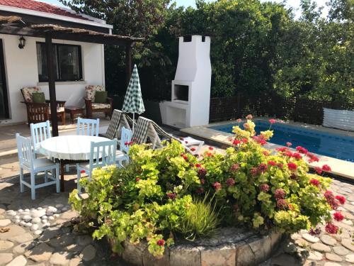 Het zwembad bij of vlak bij Hidden Cottage