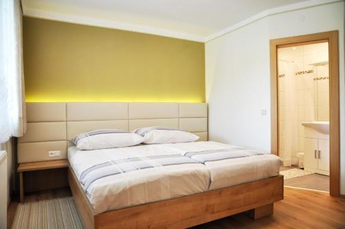 A bed or beds in a room at Ferienwohnungen Silvester Jernej Nr 9