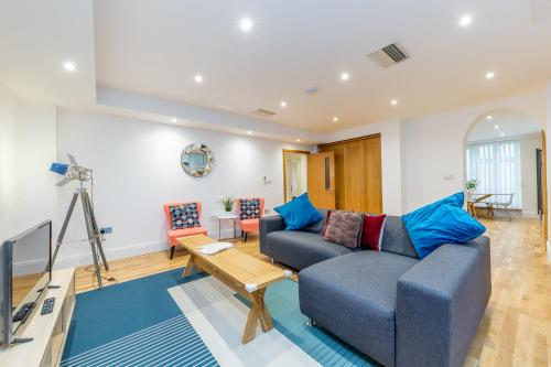 A seating area at Lux Apartment near Big Ben by City Stay London