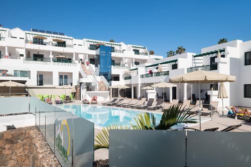 The swimming pool at or near Apartamentos Villa Canaima
