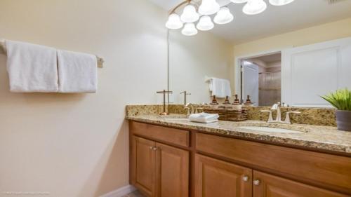 Salle de bains dans l'établissement EV242793 - Storey Lake Resort - 4 Bed 3 Baths Townhome